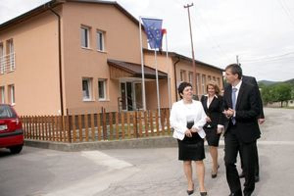 Budovu i okolie si prezrel aj minister obrany v sprievode starostky Heleny Koštialikovej.