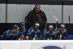 Chudobná lavička Prešova počas súboja v Michalovciach. Hore je tréner Slavomír Chlebec.