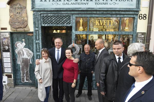 Na snímke druhý zľava prezident SR Andrej Kiska sa fotografuje s predavačkami z repliky domu z oscarového filmu Obchod na korze v centre Sabinova.