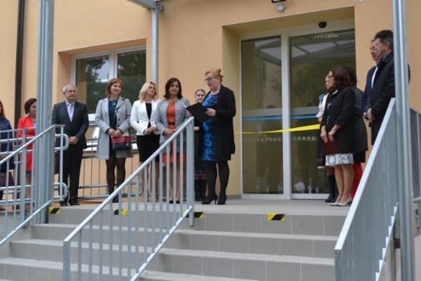 V zrekonštruovanej budove sídlia oční lekári, ďalej kardiologické ambulancie adetský lekár. Na prízemí je nemocničná lekáreň.
