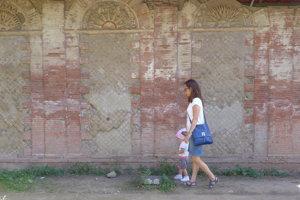 Pri prechádzaní pod stenami budov vidieť mnohé jemne vymodelované detaily.