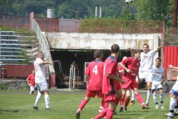 Považskobystrickým futbalistom (v bielom) sa proti ČFK Nitra strelecky nedarilo.