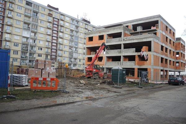 V týchto dňoch končí výstavba hrubej stavby.