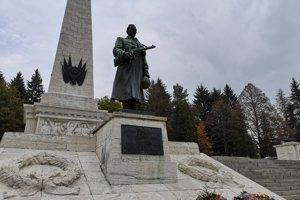 Pamätník sovietskej armády sa nachádza blízko múzea.