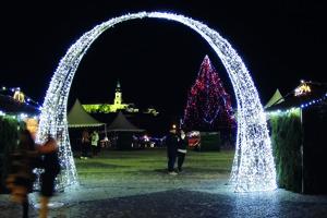 Svetelná brána pri vstupe do vianočného mestečka.