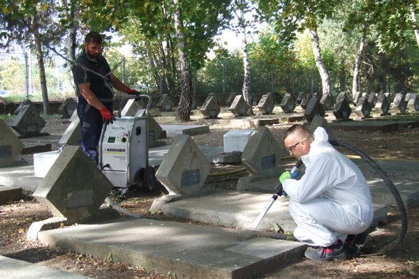 Jirko Ptáček čistí hroby suchým ľadom.