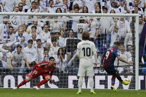 Roger Marti z Levante dáva gól Realu Madrid.