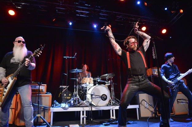 Eagles of Death Metal obnovili európske turné v sobotu v Štokholme.