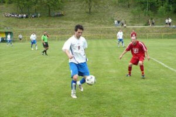Vlasatý z H. Poruby(vľavo) bol najlepším hráčom v zápase s Podolím a dal aj vedúci gól.
