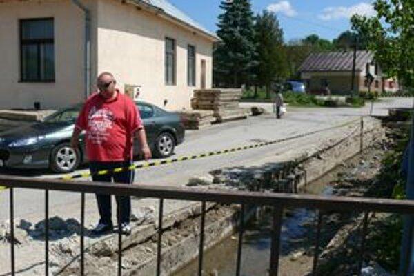 Predseda výboru z Dolného Moštenca Peter Zvak ukazuje, kde sa najčastejšie voda vylieva.