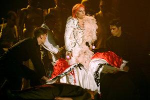 Lady Gaga na slávnostnom ceremoniáli vystúpila ako David Bowie.