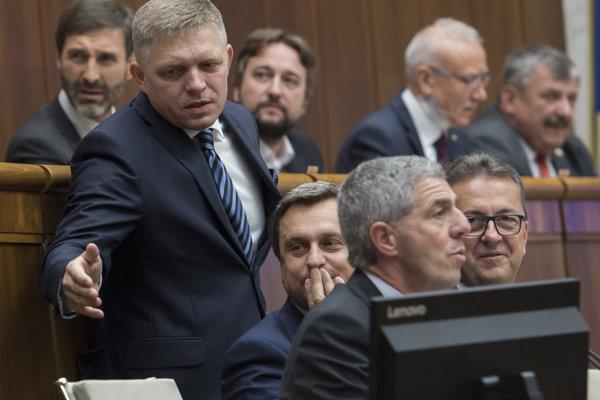 Na snímke dolný rad zľava koaličný poslanec a expremiér Robert Fico (SMER), predseda parlamentu Andrej Danko (SNS), podpredsedovia NR SR Béla Bugár (Most-Híd) a Martin Glváč (SMER).