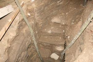 Odkryté schody v bašte.