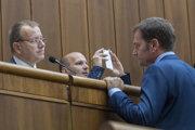 Vľavo Boris Kollár (SME RODINA) a vpravo Igor Matovič (OĽaNO) počas zasadnutia 35. schôdze NR SR.