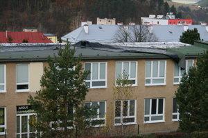 Strhnutá strecha ostala visieť.