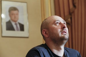 Arkadij Babčenko (41) je ruský vojnový novinár. V Čečensku pôsobil ako vojak a neskôr ako reportér. Od roku 2017 odišiel z Ruska do Kyjeva, kde bol moderátorom televízie ATR. Tento rok si malo Rusko objednať jeho vraždu, v máji 2018 ju ukrajinská tajná služba nafingovala, aby chytili objednávateľa.