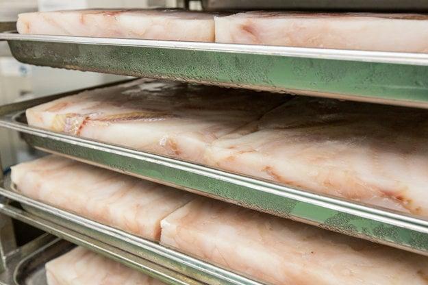 Filety tresky aljašskej prichádzajú do Žiliny v takýchto zamrznutých blokoch.