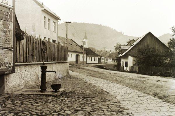 Slováci elektrine neverili. Aj v elektrifikovaných obciach o ňu prejavilo záujem obyčajne len pár domácností. Fotografia je z Ľubietovej v roku 1933.