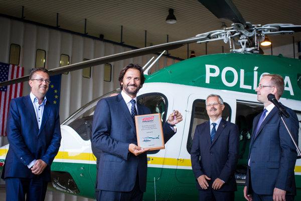 Na vlaňajšie odovzdávanie nového policajného vrtuľníka sa okrem ministra vnútra Roberta Kaliňáka prišiel pozrieť aj minister obrany Martin Glváč.