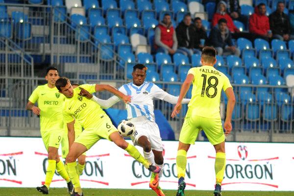 Žilinčan Branislav Sluka (druhý zľava) a Abdulrahman Taiwo z FC Nitra (druhý sprava) v súboji o loptu.