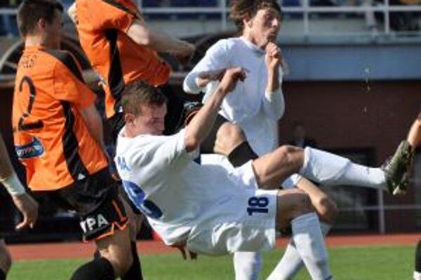Marek Kuzma (v bielom) sa nepresadil cez obranu Ružomberka.