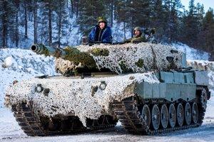 Nórska premiérka Erna Solbergová na vojenskom cvičení NATO.