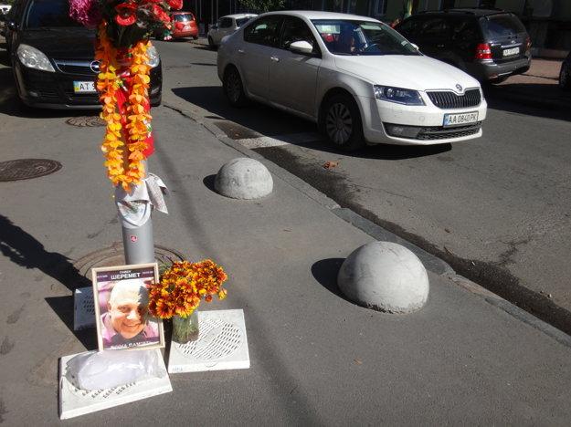 Dnes sú na mieste atentátu len kvety aŠeremetova fotografia.