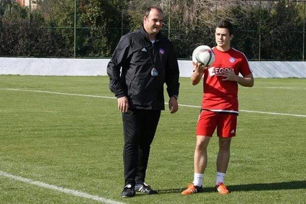 Tréner Norbert Guľa dáva pokyny Patrikovi Kochanovi.