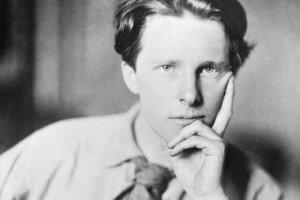 Rupert Brooke (1887 – 1915), bol anglický básnik patriaci do skupiny Bloomsbury Group. Bol ideálnym mladým mužom svojej doby: športovec a cestovateľ, vzdelaný, zámožný a veľmi pekný a povestný svojim búrlivým životom. Často bol porovnávaný s Adonisom.
