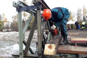Stavba mosta bez použitia ťažkej techniky.