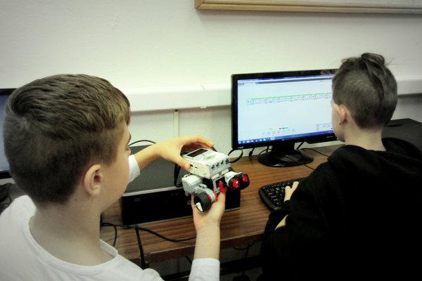 Do týždňa programovania sa zapojili aj Michalovskí gymnazisti. (FOTO: ARCHÍV)