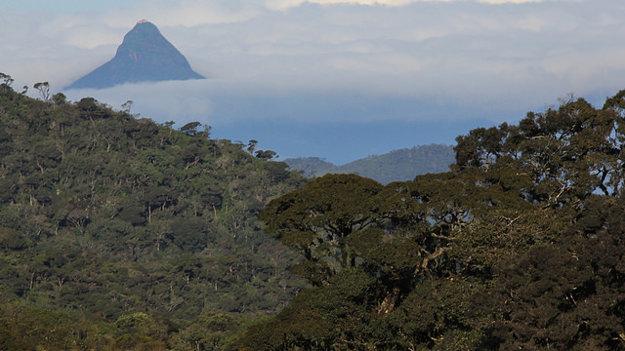 Adamova hora sa nad okolitý terén týči z príkrovu oblakov a hmly.