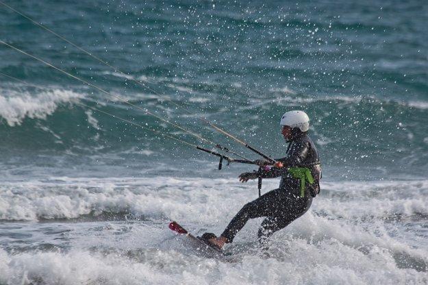 Kitesurfing je o adrenalíne.