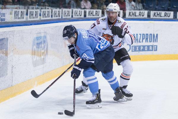 Dvadsaťdvaročný Matúš Sukeľ (s pukom) sa v Slovane zlepšuje.