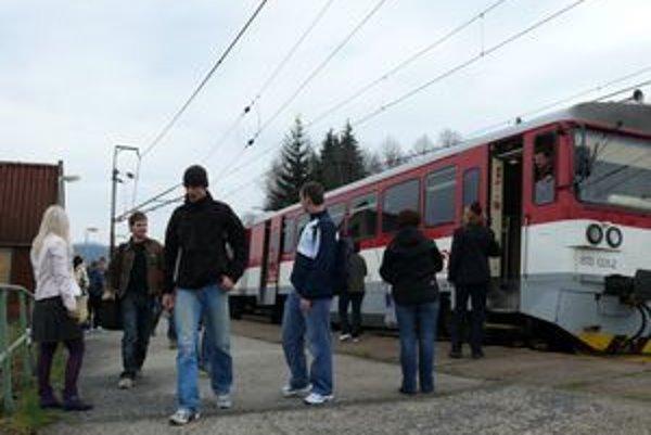 Od mája už tzv. robotnícke spoje nebudú do Lysej premávať.