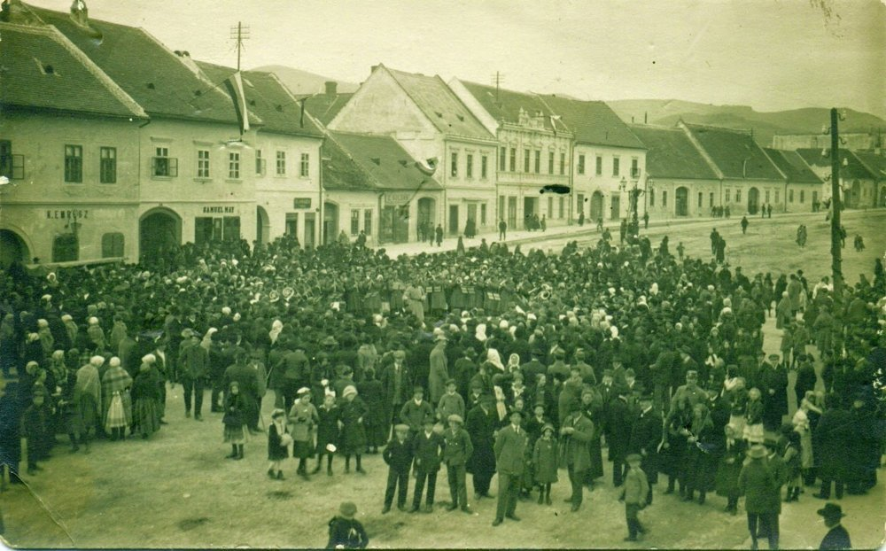 Raritná fotografia zo zhromaždenia obyvateľov Modry 30. októbra 1918.