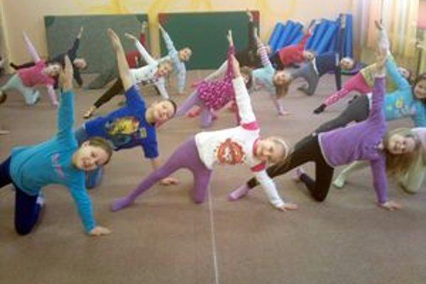 Nesprávne držanie tela spôsobuje deťom problémy. Odstrániť sa dajú aj cvičením.