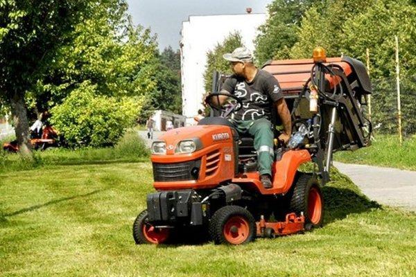 Mobilné kosačky dokážu okrem kosenia trávy aj zbierať lístie.