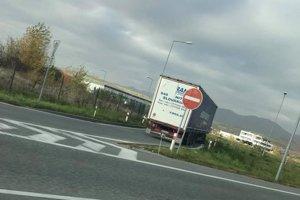 Kamionista porušil viacero pravidiel cestnej premávky.