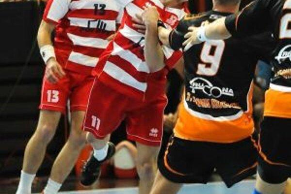 Päťgólový strelec Pov. Bystrice Ďuriš (s loptou) zahodil naviac sedmičku a dostal červenú kartu.