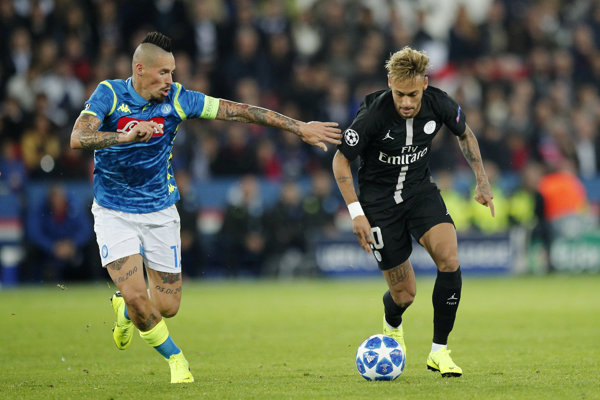 Neymar (vpravo) v súboji s Marekom Hamšíkom na ilustračnej fotografii.