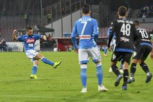 Dries Mertens (vľavo) strieľa jeden z gólov Neapola do siete Empoli.
