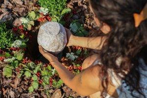 Urny z rozložiteľných materiálov sú šetrné k prírode a vyrábajú ich miestni umelci.
