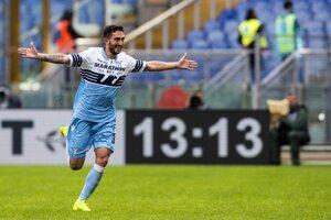 Hráč Lazia Danilo Cataldi oslavuje svoj gól do siete SPAL-u Ferrara.