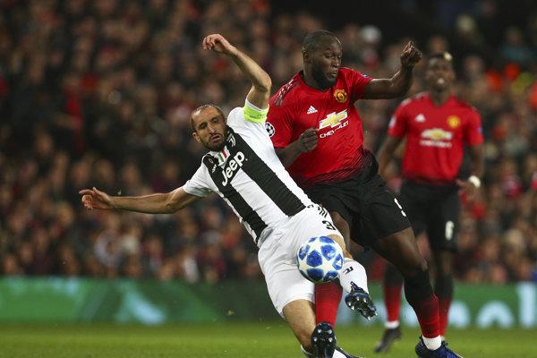 Giorgio Chiellini (vľavo) v súboji s Romelom Lukakuom v prvom vzájomnom zápase Juventusu a Manchesteru.
