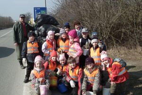 Visolajské deti vymenili turistiku za upratovanie. Vďaka nim je okolie hlavnej cesty čistejšie.