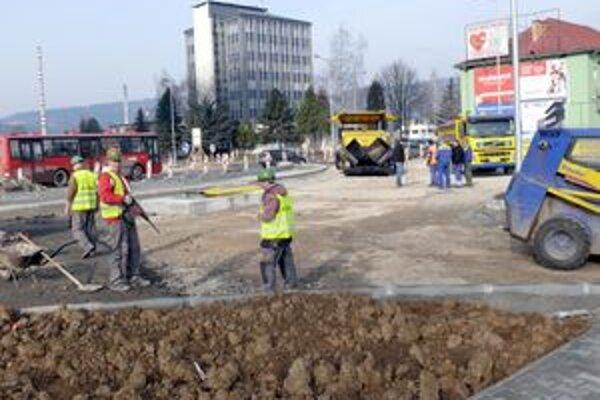 Výstavba kruhovej križovatky pod diaľničnou estakádou obmedzí prejazd po niektorých uliciach mesta.