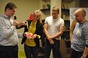 Knihu Života na linke 155 herci Dominika Richterová a Juraj Bača pokrstili fyziologickým roztokom.