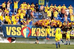 Prvý vzájomný zápas Humenného s Košicami v tejto sezóne rozhodol dvoma gólmi Filip Serečin (č. 14).