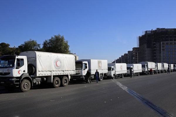 Konvoj s humanitárnou pomocou čaká na predmestí Damasku.